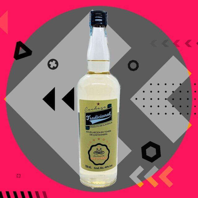 Melicana• @cachacaria_melicana ✅ Tradicional: Produzida a partir da fermentação e destilação da mais nobre cana-de-açúcar. Recomenda-se pura e também na preparação de diversos cocktails;✅ Amburana: Armazenada em tonéis de Amburana e Castanheira por dois anos, paladar remete discretamente o sabor da baunilha e canela;✅ Melado: A Aguardente de Melado da cana-de-açúcar corresponde ao processo de fabricação da rapadura, que antes do ponto, ainda mole e viscoso, caracteriza o melado.Cachaça armazenada em tonéis de castanheira e ipê, ideal para beber pura ou dar um toque especial no cocktail🍸...🟢 mundodacachaca.pt 🔴..#mundodacachaça #melicana #cachaça #canadeaçucar #destilado #amburana #castanheira #ipê #apreciecommoderação #brasil #portugal 🇧🇷 🇵🇹