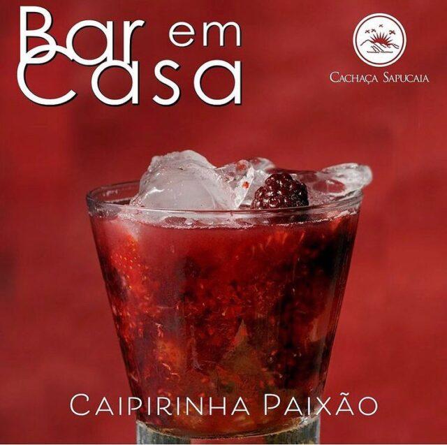 CAIPIRINHA PAIXÃO, Rápida, fácil e bonita, esta caipirinha tem um sabor ainda mais especial pela Cachaça Sapucaia Florida da @destilaria_sapucaia , envelhecida por 2 anos em barril de carvalho.  Experimente e nos conte se derreteu algum coracão com ela! 🥰 #caipirinha #mdc #mundodacachaça #cocktails #portugal #cachaça